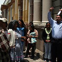 Zinacantepec, Mex.- Sergio Guadarrama Castro, 9o. regidor de Zinacantepec, encabeza la manifestacion donde junto con vecinos de diferentes barrios del municipio, exigen a las autoridades, se resuelba la falta del servicio de limpia ya que aseguran (mediante fotografias), la desviacion del presupuesto porque el edil, se construye una recidencia. Agencia MVT / Luis Enrique Hernandez V. (DIGITAL)<br /> <br /> <br /> <br /> NO ARCHIVAR - NO ARCHIVE