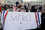 Città del Vaticano 24  Febbraio 2013.L'ultimo  Angelus  di Papa Benedetto XVI..I fedeli  salutano   Papa Benedetto XVI.Vatican City,  February 24, 2013.The last Angelus of Pope Benedict XVI..The Faithful greet Pope Benedict XVI