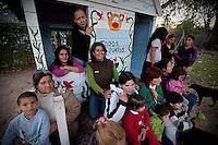 """FOTO DE GRUPO DE LAS MADRES DE LOS ALUMNOS DEL """"APOYO ESCOLAR DULCE ESPERANZA"""" EN EL JARDIN DEL COMEDOR """"TODOS JUNTOS"""", DIQUE LUJAN, PROVINCIA DE BUENOS AIRES, ARGENTINA (PHOTO © MARCO GUOLI - ALL RIGHTS RESERVED)"""