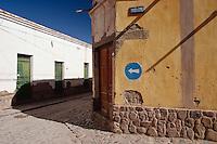 HUMAHUACA, CASAS DE ADOBE REVOCADAS EN UNA ESQUINA DEL CENTRO, PROV. DE JUJUY, ARGENTINA