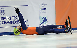 24-01-2015 NED: ISU European Championships Shorttrack, Dordrecht<br /> In een volgepakt hal weet Sjinkie Knegt Europees kampioen op de 1500 meter te worden. In een rechtstreeks duel verslaat hij Victor An waarbij hij na het juichen in de boarding vloog