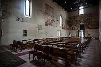 Brindisi, Chiesa Santa Maria del Casale.<br /> La chiesa di Santa Maria del Casale &egrave; un'interessante costruzione romanico-gotica sita 2 chilometri a nord di Brindisi, nei pressi del quartiere Casale, sulla strada per l'aeroporto.<br /> <br /> Fu eretta allo scadere del XIII secolo sul luogo dove esisteva una cappella che custodiva un'icona mariana legata ad una pia tradizione a san Francesco d'Assisi che, di ritorno dalla Terrasanta, avrebbe qui pregato. Fu donata nel 1300 dal re Carlo II all'arcivescovo Pandone. Il luogo dove sorgeva la chiesa della Madonna del Casale era solitario e ameno e gli arcivescovi di Brindisi vi costruirono la loro dimora estiva.<br /> Dal maggio 1310 la chiesa e i locali annessi furono utilizzati come &quot;cancelleria&quot; del processo contro i Templari del Regno di Sicilia. In quella occasione, il tribunale composto dall'arcivescovo brindisino Bartolomeo da Capua, dal canonico romano di Santa Maria Maggiore Jacopo Carapelle, dai francesi Arnolfo Bataylle e Berengario di Olargiis, insieme al canonico Nicola il Mercatore, condannarono in contumacia i cavalieri assenti.<br /> <br /> Nel 1322 Filippo d'Angi&ograve;, principe di Taranto e la moglie Caterina vi eressero la cappella di Santa Caterina.<br /> Il 26 aprile 1568 l'arcivescovo Giovanni Carlo Bovio cedette ai Frati Minori Osservanti, la chiesa, il terreno e gli edifici attigui. Nel 1598 vi subentrarono i Riformati che conclusero i lavori di costruzione del convento.<br /> <br /> La chiesa nel 1811 fu soppressa dal governo murattiano e fu usata come caserma. I Francescani vi tornarono nel 1824 e cercarono di riparare i gravissimi danni.<br /> Santa Maria del Casale &egrave; Monumento Nazionale dal 1875.<br /> <br /> L'edificio &egrave; stato recentemente restaurato dai missionari della Consolata di Torino, stabilitisi nell'annesso convento cinquecentesco, del quale &egrave; visibile il chiostro.<br /> <br /> (fonte descrizione: wikipedia)