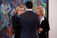 08 DEC 2010, BERLIN/GERMANY:<br /> Kristina Schroeder (L), CDU, Bundesfamilienministerin, Philipp Roesler (M), FDP, Bundesgesundheitsminister, und Ursula von der Leyen (R), CDU, Bundesarbeitsministerin, im Gespraech, vor Beginn einer Kabinettsitzung, Bundeskanzleramt<br /> IMAGE: 20101208-01-025<br /> KEYWORDS: Kabinett, Sitzung, Philip Rösler. Kristina Schöder
