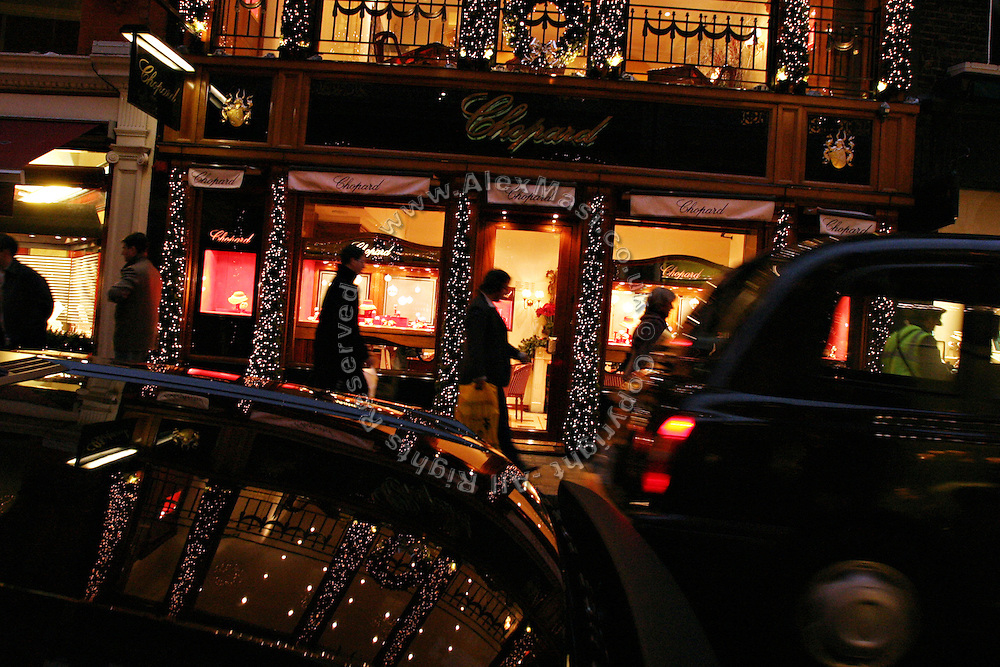 People passing by a jewellery shop in Old Bond Street, one of the most prestigious and expensive areas in London, on Wednesday, Dec. 22, 2004.  **ITALY OUT**