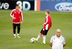 14.09.2010, estadio Santiago Bernabeu, Madrid, ESP, UEFA Champions League, Ajax Amsterdam, Trainning, im Bild Ajax Amsterdam's coach Martin Jol during trainning session. EXPA Pictures © 2010, PhotoCredit: EXPA/ Alterphotos/ Alvaro Hernandez +++++ ATTENTION - OUT OF SPAIN / ESP +++++