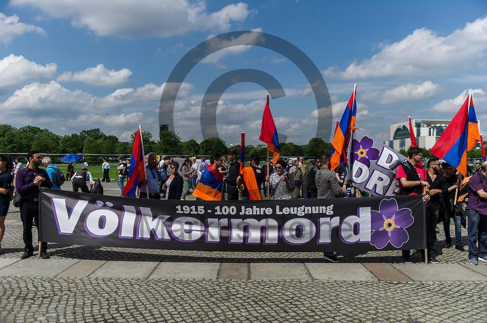 &quot;1915 - 100 Jahre Leugnung V&ouml;lkermord&quot; steht w&auml;hrend der Proteste von Armeniern am 02.06.2016 vor dem Bundestag in Berlin, Deutschland auf dem Transparent von Demonstranten. Mehrere Hundert Menschen Demonstrierten vor dem Bundestag f&uuml;r eine Anerkennung des V&ouml;lkermords an den Armeniern durch den Bundestag. Foto: Markus Heine / heineimaging<br /> <br /> ------------------------------<br /> <br /> Ver&ouml;ffentlichung nur mit Fotografennennung, sowie gegen Honorar und Belegexemplar.<br /> <br /> Bankverbindung:<br /> IBAN: DE65660908000004437497<br /> BIC CODE: GENODE61BBB<br /> Badische Beamten Bank Karlsruhe<br /> <br /> USt-IdNr: DE291853306<br /> <br /> Please note:<br /> All rights reserved! Don't publish without copyright!<br /> <br /> Stand: 06.2016<br /> <br /> ------------------------------w&auml;hrend der Proteste von Armeniern am 02.06.2016 vor dem Bundestag in Berlin, Deutschland. Mehrere Hundert Menschen Demonstrierten vor dem Bundestag f&uuml;r eine Anerkennung des V&ouml;lkermords an den Armeniern durch den Bundestag. Foto: Markus Heine / heineimaging<br /> <br /> ------------------------------<br /> <br /> Ver&ouml;ffentlichung nur mit Fotografennennung, sowie gegen Honorar und Belegexemplar.<br /> <br /> Bankverbindung:<br /> IBAN: DE65660908000004437497<br /> BIC CODE: GENODE61BBB<br /> Badische Beamten Bank Karlsruhe<br /> <br /> USt-IdNr: DE291853306<br /> <br /> Please note:<br /> All rights reserved! Don't publish without copyright!<br /> <br /> Stand: 06.2016<br /> <br /> ------------------------------
