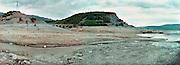 Spanje, Aragon, 29-8-2004..Stuwmeer, waterbekken, spaarbekken ten noorden van de stad Huesca in Navarra, Aragon. Door de afnemende regen, regenval van de laatste jaren zijn de watervoorraden sterk teruggelopen. Ook hier, zoals aan o.a. de brug linksmidden is te zien. Droogte, klimaatverandering, milieu, landbouw, watervoorraad, waterbeheer, waterhuishouding. wateropvang, waterverbruik. Verwoestijning...Foto: Flip Franssen