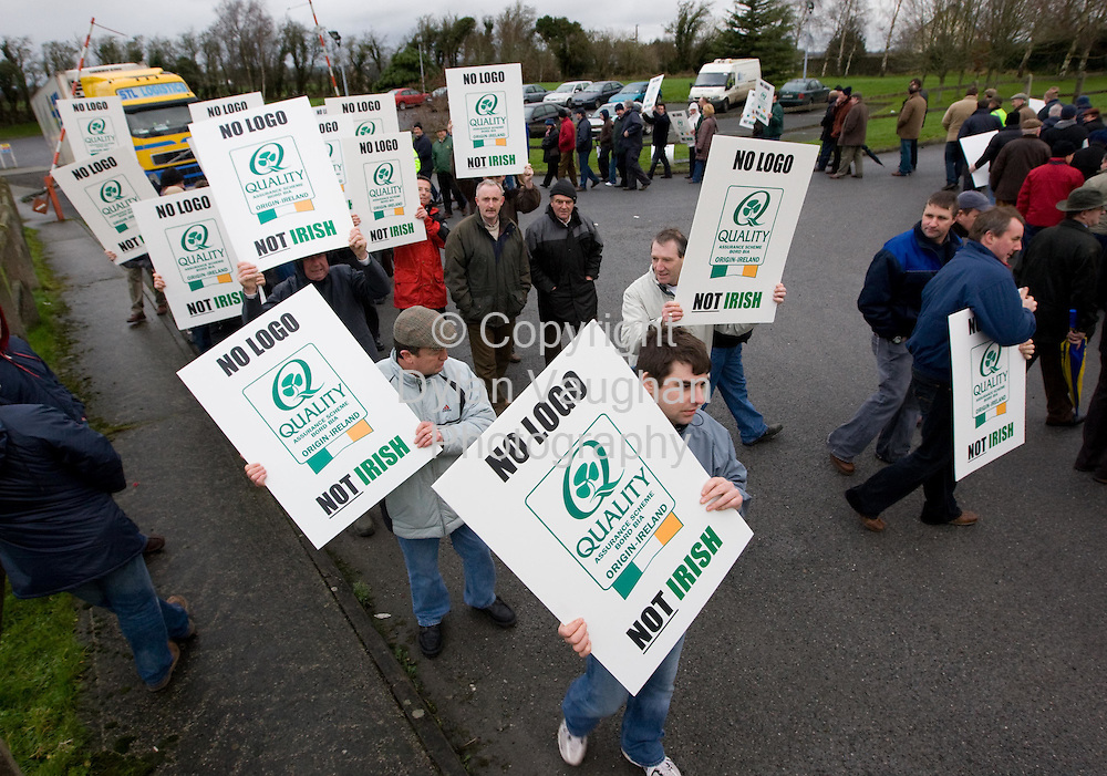 21/1/2008.Pig farmers pictured at an IFA protest at the Callan Bacon plant in Callan county Kilkenny yesterday morning..Picture Dylan Vaughan.