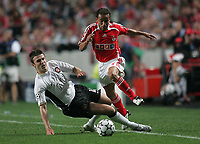 Photo: Lee Earle.<br /> Benfica v Manchester United. UEFA Champions League, Group F. 26/09/2006.  United's Michael Carrick (L) slides in on Leo.