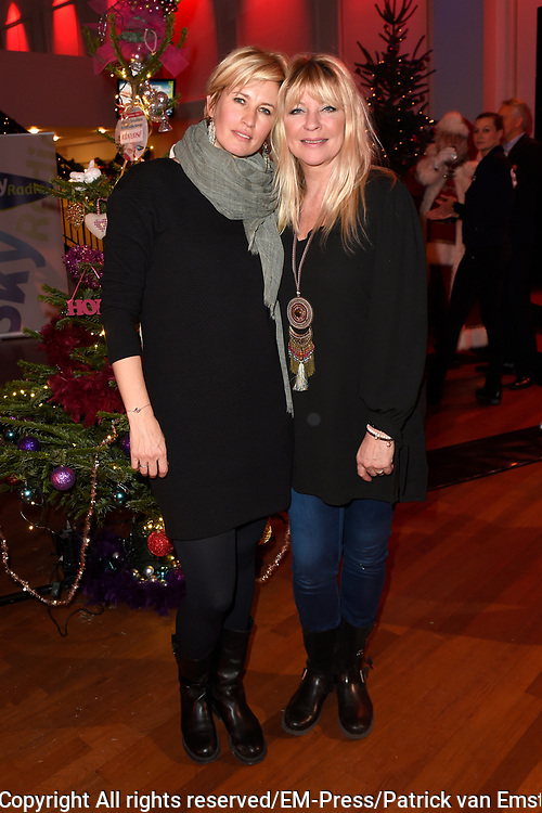Sky Radio's jaarlijkse goede doelen-event Christmas Tree For Charity in Studio 22, Hilversum.<br /> <br /> Op de foto:  Anouk Smulders &amp; Manu&euml;la Kemp (Ruby and Rose)
