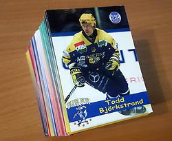 Officielle Danske Hockey Trading Card. <br /> <br /> 1999-2000 Komplet Danske Ishockey Kort 223 stk.<br /> <br /> Begrænset komplet sæt på lager. Kontakt: mail@nhcfoto.dk eller tlf. 40277826
