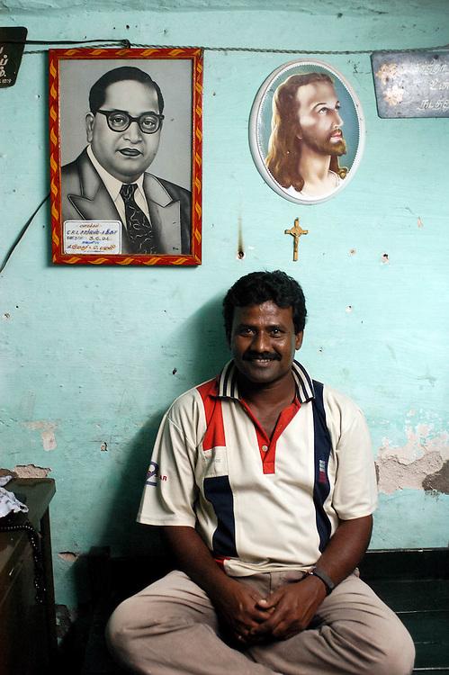 INDE<br /> Le responsable d'une association villageoise de d&eacute;fense des droits des Dalits (Tamil Nadu). Chez lui sous des portraits d'Ambedkar et de J&eacute;sus.