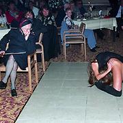 NLD/Amsterdam/19940422 - Feestje verjaardag Paul Wilking op Schiphol, kolonel Boszhard bekijkt het werk van de stripster