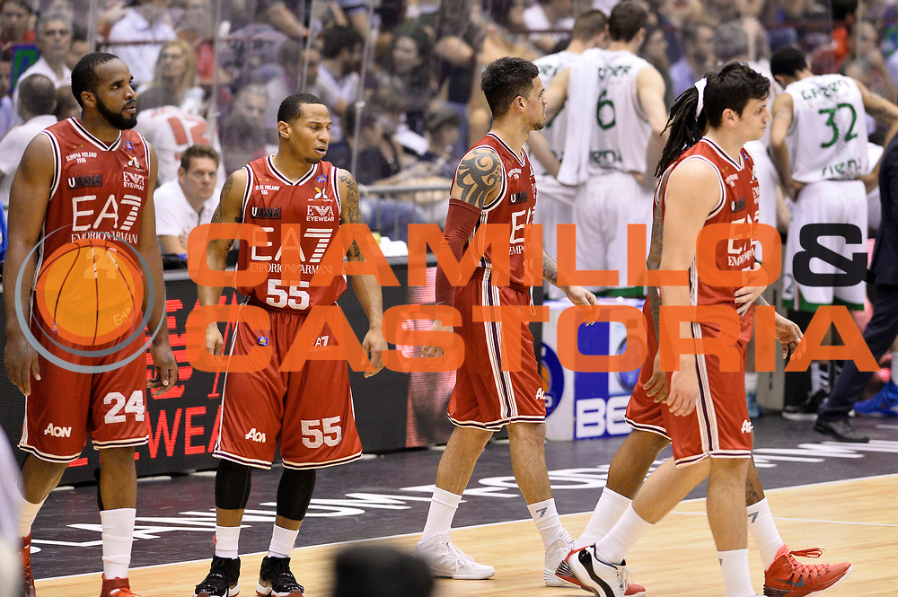 DESCRIZIONE : Milano Lega A 2013-14 EA7 Emporio Armani Milano vs Montepaschi Siena playoff Finale gara 5<br /> GIOCATORE : Team<br /> CATEGORIA : Delusione<br /> SQUADRA : EA7 Emporio Armani Milano<br /> EVENTO : Finale gara 5 playoff<br /> GARA : EA7 Emporio Armani Milano vs Montepaschi Siena playoff Finale gara 5<br /> DATA : 23/06/2014<br /> SPORT : Pallacanestro <br /> AUTORE : Agenzia Ciamillo-Castoria/GiulioCiamillo<br /> Galleria : Lega Basket A 2013-2014  <br /> Fotonotizia : Milano Lega A 2013-14 EA7 Emporio Armani Milano vs Montepaschi Siena playoff Finale gara 5<br /> Predefinita :