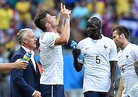 FUSSBALL WM 2014  VORRUNDE    GRUPPE E     Schweiz - Frankreich                   20.06.2014 Olivier Giroud (2.v.l.) jubelt. Trainer Laurent Blanc, Mamadou Sakho und Yohan Cabaye (v.l., alle Frankreich) sind emotional deutlich verhaltender