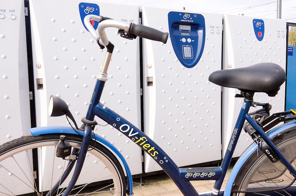 Nederland, Utrecht, 20051028..Stalling voor de OV-fiets..Automatische OV-fietskluis. Die werken nu op GPRS.