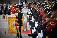 Nederland. Den Haag, 20 september 2011.<br /> Koningin Beatrix groet het vaandel bij vertrek. Koningshuis, queen, royal, koninklijk huis<br /> Prinsjesdag. Derde dinsdag van september, derde dinsdag in september, miljoenennota, monarchie, politiek, kabinet Rutte, <br /> Foto Martijn Beekman