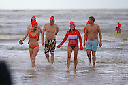 ZANDVOORT - Unox organiseerde de nieuwjaarsduik voor de organisatoren. Vooraf natuurlijk een warming up door zangeres Marjet van den Brand. Hierna ging iedereen rennend het water in van de Noordzee. FOTO LEVIN DEN BOER - PERSFOTO.NU
