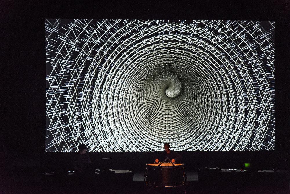 MAOTIK &amp; METAMETRIC pr&eacute;sentent OMNIS, A/VISIONS 1 :: BALLET &Eacute;LECTRONIQUE  <br /> Th&eacute;&acirc;tre Maisonneuve, vendredi 29 mai,<br /> Images, projections et corps tourbillonnent au son d'une musique minimaliste cr&eacute;&eacute;e par des artistes aux multiples facettes. Ces exp&eacute;riences en direct plongent les sens dans de nouveaux univers sonores et visuels g&eacute;n&eacute;ratifs, o&ugrave; illusion et r&eacute;alit&eacute; se m&ecirc;lent &agrave; l&rsquo;harmonie humaine high-tech.