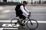 In San Francisco rijdt een fietser door het centrum. De Amerikaanse stad San Francisco aan de westkust is een van de grootste steden in Amerika en kenmerkt zich door de steile heuvels in de stad. <br /> <br /> A cyclist in San Francisco. The US city of San Francisco on the west coast is one of the largest cities in America and is characterized by the steep hills in the city.