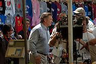 Roma 28 Luglio 2011.Il set del  film The Bob Decameron di Woody Allen, al mercato di Campo de Fiori.Alec Baldwin, attore  sul set del film di Woody Allen