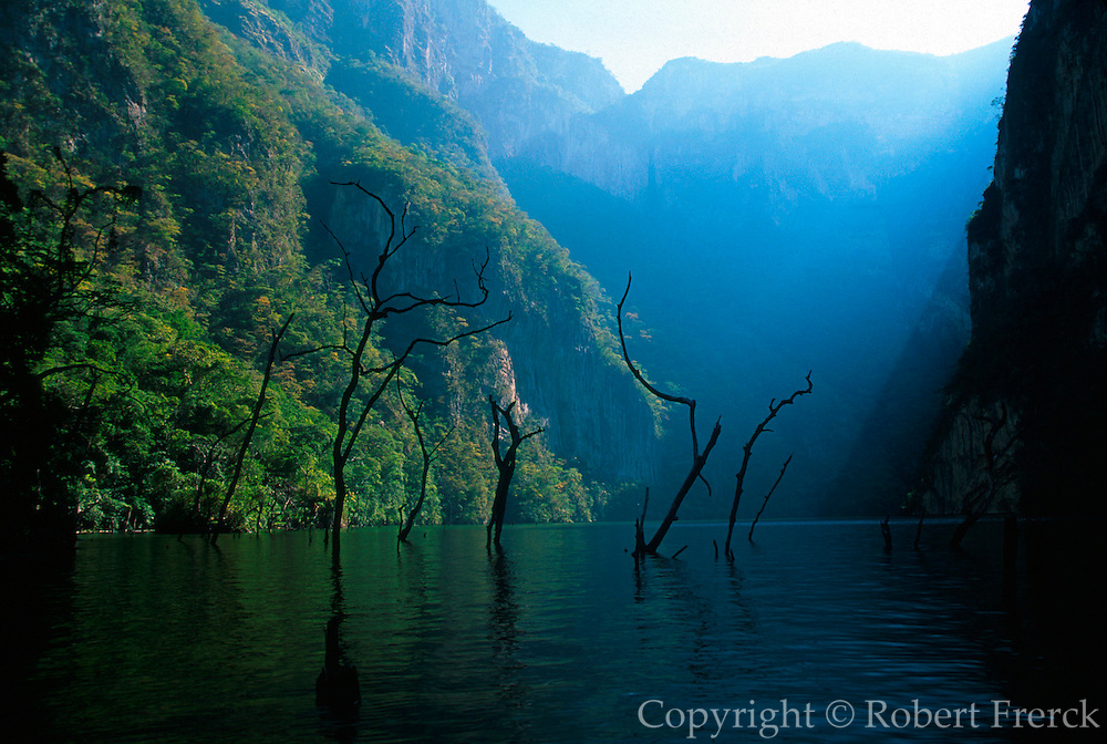 MEXICO, LANDSCAPE, CHIAPAS Sumidero Canyon and Grijalva River