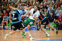 Pavel Horak (FAG) am Ball, links Sebastian Preiß (TBV)