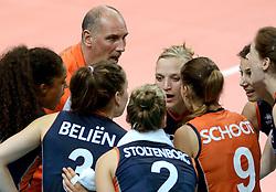 01-10-2014 ITA: World Championship Volleyball Servie - Nederland, Verona<br /> Nederland verliest met 3-0 van Servie en is kansloos voor plaatsing final 6 / Ass. Coach Ron Zwerver, Myrthe Schoot