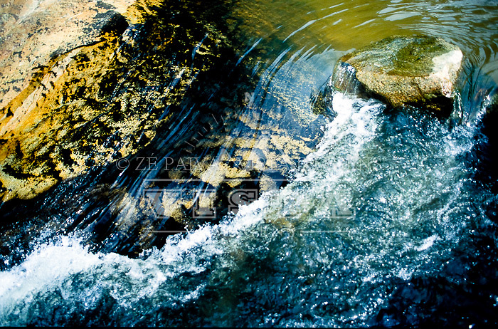 Textura na Cachoeira na Fazenda de Preservação do Baixo Quiriri nas proximidades de Joinville, norte de Santa Catarina, Brasil. foto de Ze Paiva/Vista Imagens