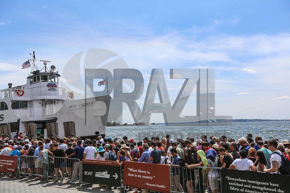 NOVA YORK, EUA, 13.08.2015 - TURISMO-NEW YORK - Movimentação de turistas em embarcação que leva até a Estatua de Liberdade no Battery Park em Manhattan em Nova York nos Estados Unidos nesta quinta-feira, 13. (Foto: William Volcov/Brazil Photo Press)