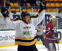 Ishockey , UPC serien , 4 november  2004 , Kristins hall<br /> Lillehammer  v  Stavanger Oilers<br /> <br /> Teemu Kohvakka , Stavanger Oilers har scoret .<br /> <br /> Foto:Dagfinn Limoseth - Digitalsport