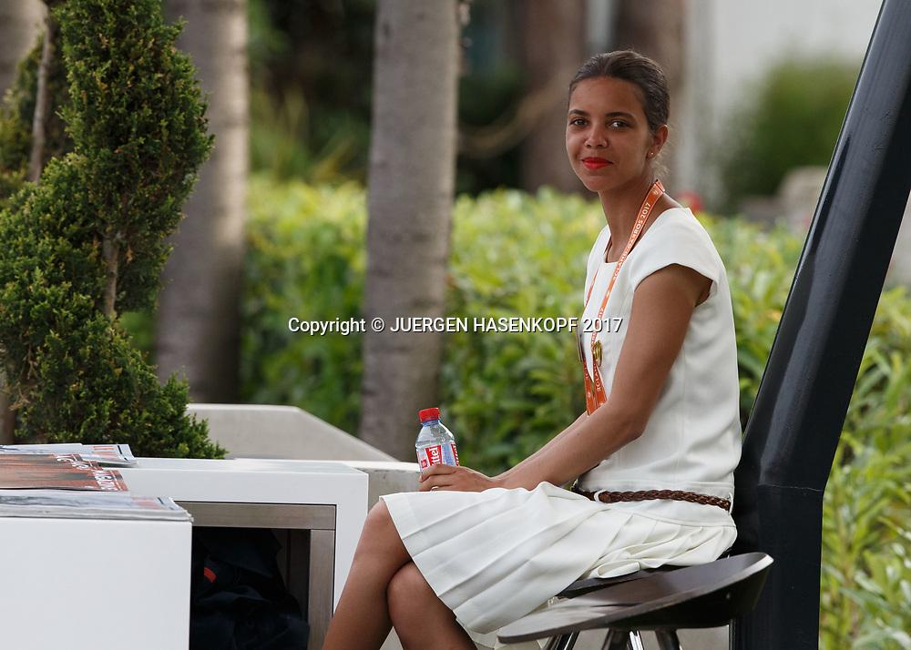 French Open 2017 Feature, Hostess am Eingang zur VIP Loge<br /> Tennis - French Open 2017 - Grand Slam / ATP / WTA / ITF -  Roland Garros - Paris -  - France  - 8 June 2017.
