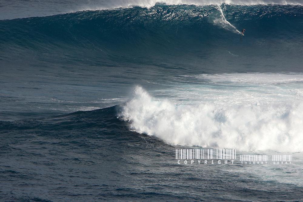 JAWS : DECEMBER 7, 2009. HIGH SURF WARNING COMES TRUE. GIANT WAVES IN JAWS.