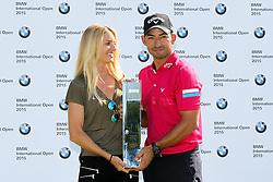 28.06.2015, Golfclub M&uuml;nchen Eichenried, Muenchen, GER, BMW International Golf Open, Tag 4, im Bild l-r: Freundin Gala Ortin und Pablo Larrazabal (ESP) mit dem Pokal in der Hand // during te finals of BMW International Golf Open at the Golfclub M&uuml;nchen Eichenried in Muenchen, Germany on 2015/06/28. EXPA Pictures &copy; 2015, PhotoCredit: EXPA/ Eibner-Pressefoto/ Kolbert<br /> <br /> *****ATTENTION - OUT of GER*****