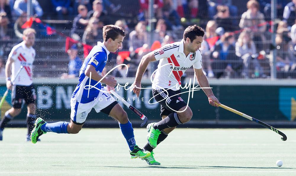AMSTELVEEN -  Valentin Verga (A'dam)  met Boet Phijffer van Kampong tijdens de 3e en beslissende  halve finalewedstrijd in de Play offs tussen Amsterdam en  Kampong (3-1) .  COPYRIGHT KOEN SUYK