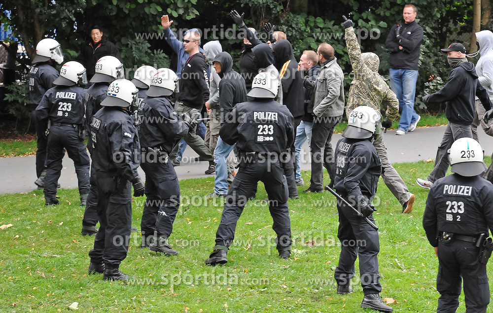 07.09.2010, Weserstadion, Bremen, GER, Polizeiübung / Polizeiuebung, im Bild Hooligans werden von der Polizei zurueckgehalten   EXPA Pictures © 2010, PhotoCredit: EXPA/ nph/  Frisch+++++ ATTENTION - OUT OF GER +++++ / SPORTIDA PHOTO AGENCY