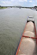 Nederland, Nijmegen, 19-7-2011Binnenvaartschip met grind vaart over de Waal bij Nijmegen,Foto: Flip Franssen/Hollandse Hoogte