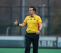 BLOEMENDAAL - scheidsrechter Paul vd Assum,  tijdens de competitie hoofdklasse hockeywedstrijd heren, Bloemendaal-Pinoke (3-2)   COPYRIGHT KOEN SUYK