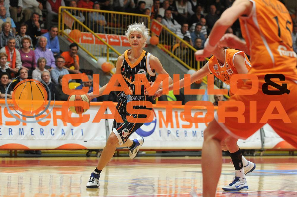 DESCRIZIONE : Schio LBF Playoff Semifinale Gara3 Famila Wuber Schio Liomatic Umbertide<br /> GIOCATORE : Sabrina Cinili<br /> SQUADRA : Famila Wuber Schio Liomatic Umbertide<br /> EVENTO : Campionato Lega Basket Femminile A1 2010-2011<br /> GARA : Famila Wuber Schio Liomatic Umbertide<br /> DATA : 18/04/2011 <br /> CATEGORIA : Palleggio<br /> SPORT : Pallacanestro <br /> AUTORE : Agenzia Ciamillo-Castoria/M.Gregolin<br /> Galleria : Lega Basket Femminile 2010-2011<br /> Fotonotizia : Schio LBF Playoff Semifinale Gara3 Famila Wuber Schio Liomatic Umbertide<br /> Predefinita :