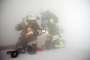 Frankfurt/Main<br />28.April 2005<br /><br />Die Frankfurter Feuerwehr uebt im Hochhaus Skyper in Frankfurt/Main eine Notfalleinsatz. Hier: Feuerwehrmaenner arbeiten im kuenstlich erzeugten Nebel, der Rauch simulieren soll. <br /><br /><br /><br /><br />[Inhaltsveraendernde Manipulation des Fotos nur nach ausdruecklicher Genehmigung des Fotografen. Vereinbarungen ueber Abtretung von Persoenlichkeitsrechten/Model Release der abgebildeten Person/Personen liegen nicht vor.] &copy;alex kraus/kapix