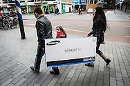 Nederland,  Rotterdam, 2 febr 2014<br /> Gezin heeft net een nieuwe smart tv gekocht. Goed voor de economie.<br /> Foto: Michiel Wijnbergh