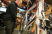In Delft krijgt de nieuwe rijdster Lieke de Cock een rondleiding in de hal waar de fiets gemaakt wordt. In september wil het Human Power Team Delft en Amsterdam, dat bestaat uit studenten van de TU Delft en de VU Amsterdam, tijdens de World Human Powered Speed Challenge in Nevada een poging doen het wereldrecord snelfietsen voor vrouwen te verbreken met de VeloX 8, een gestroomlijnde ligfiets. Het record is met 121,44 km/h sinds 2010 in handen van de Francaise Barbara Buatois. De Canadees Todd Reichert is de snelste man met 144,17 km/h sinds 2016.<br /> <br /> Rider Lieke de Cock gets a tour in the hall where the VeloX is made. With the VeloX 8, a special recumbent bike, the Human Power Team Delft and Amsterdam, consisting of students of the TU Delft and the VU Amsterdam, also wants to set a new woman's world record cycling in September at the World Human Powered Speed Challenge in Nevada. The current speed record is 121,44 km/h, set in 2010 by Barbara Buatois. The fastest man is Todd Reichert with 144,17 km/h.In Utrecht wordt bij fietsenwinkel CycleWorks een wielercafe gehouden. Fietsliefhebbers horen daar verhalen over het wielrennen en krijgen tijdens het 'technisch kwartiertje' uitleg over onderhoud.