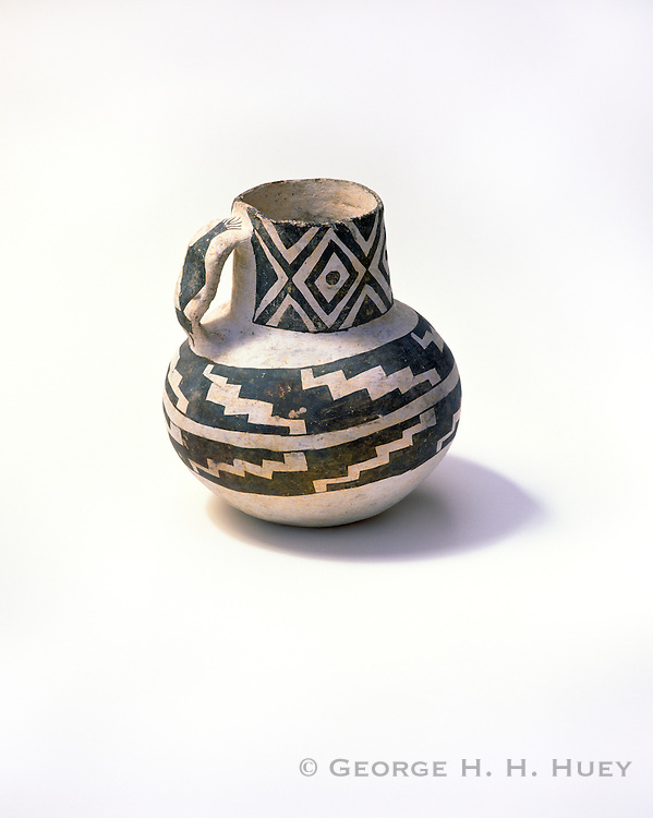 0117-1009 ~ Copyright:  George H. H. Huey ~ Roosevelt Black-on-white jar.  Salado Culture.  Anasazi.  Tonto National Monument, Arizona.