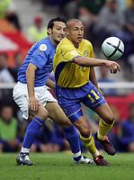 Fotball<br /> Euro 2004<br /> 18.06.2004<br /> Sverige v Italia 1-1<br /> Foto: Omega/SBI/Digitalsport<br /> NORWAY ONLY<br /> <br /> HENRIK LARSSON SFUGGE A GIANLUCA ZAMBROTTA