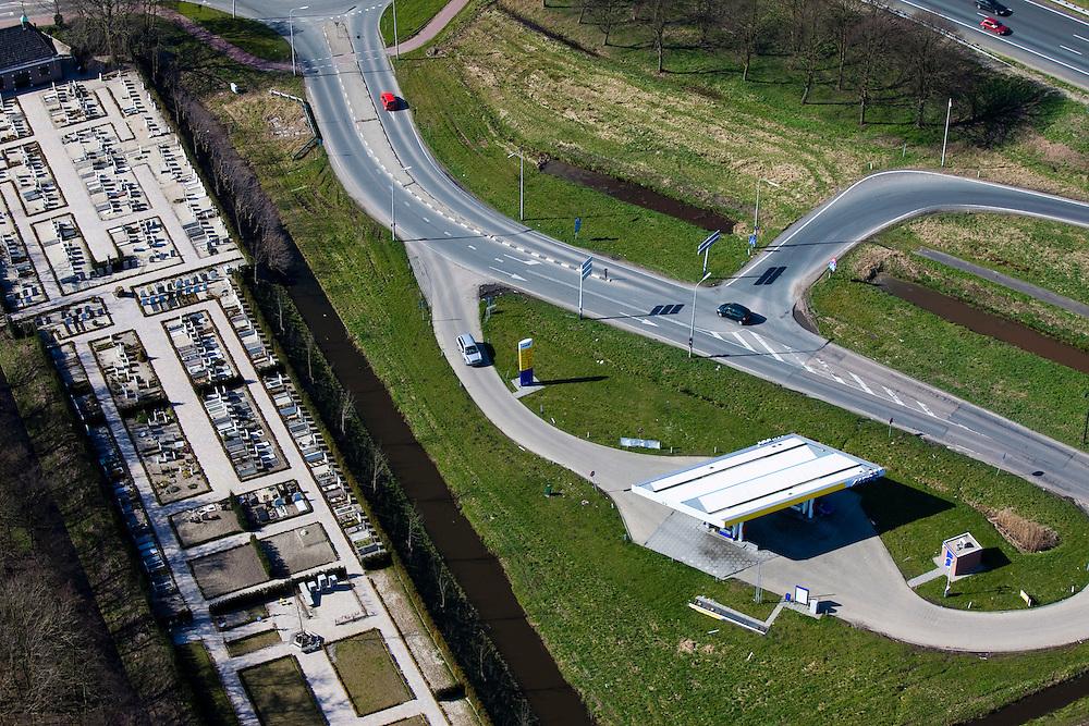 Nederland, Zuid-Holland, Waarder, 20-03-2009. Onbemand tankstation van de ANWB, strategisch gelegen bij een toerit naar de snelweg A12 (rechtsboven in beeld), biedt leden de mogelijkheid te tanken met korting m.b.v. een ledenpas. Links in beeld een nieuwe begraafplaats. Unmanned service station of the ANWB, strategically located on a slip road to the highway A12, A new cemetery on the left. .Swart collectie, luchtfoto (toeslag); Swart Collection, aerial photo (additional fee required); .foto Siebe Swart / photo Siebe Swart