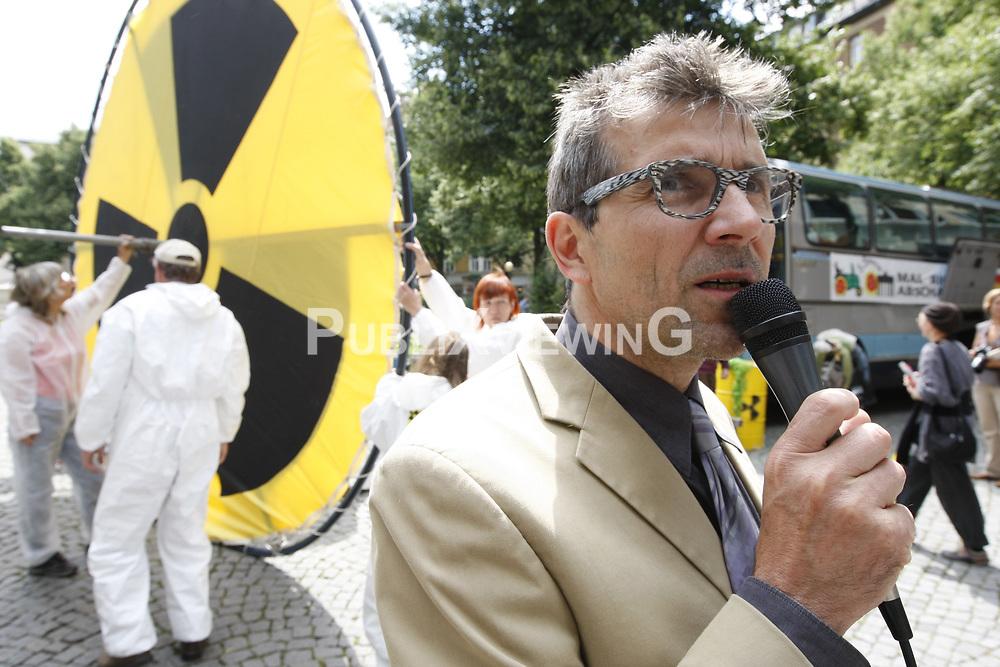 BI on Tour - Bus-Tour der B&uuml;rgerinitiative Umweltschutz L&uuml;chow-Dannenberg im Sommer 2009. Mit einen Reisebus tourte die BI einen Monat lang durch Deutschland, um auf die drohende Verl&auml;ngerung der Laufzeiten von AKW im Falle eines Wahlsigs von CDU und FDP aufmerksam zu machen. Im Bild: Willem Wittstamm<br /> <br /> Ort: M&uuml;nchen<br /> Copyright: Andreas Conradt<br /> Quelle: PubliXviewinG