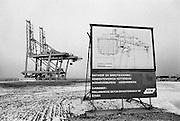 Nederland, Rotterdam, 15-12-1985Aanleg van de Delta terminal voor containers van ECT op de Maasvlakte. Hoewel er al twee kranen staan is de containerterminal nog niet in gebruik.Foto: Flip Franssen/Hollandse Hoogte