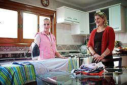 A doméstica Luciane Saldanha (E) com a patroa Simone Bottin Pereira na sua residência. FOTO: Jefferson Bernardes/Preview.com