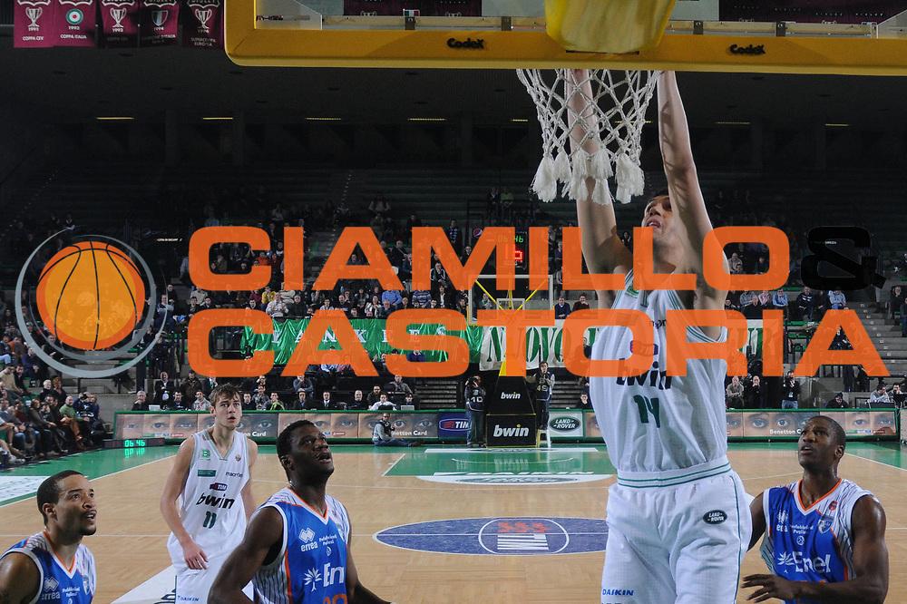 DESCRIZIONE : Treviso Lega A 2010-11 Benetton Treviso Enel Brindisi<br /> GIOCATORE : Gino Cuccarolo<br /> SQUADRA : Benetton Treviso<br /> EVENTO : Campionato Lega A 2010-2011 <br /> GARA : Benetton Treviso Enel Brindisi<br /> DATA : 06/01/2011<br /> CATEGORIA : Schiacciata<br /> SPORT : Pallacanestro <br /> AUTORE : Agenzia Ciamillo-Castoria/M.Gregolin<br /> Galleria : Lega Basket A 2010-2011 <br /> Fotonotizia : Treviso Lega A 2010-11 Benetton Treviso Enel Brindisi<br /> Predefinita :