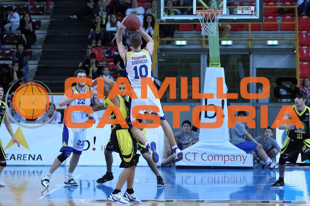DESCRIZIONE : Verona Lega Basket A2 2010-11 Tezenis Verona Mazzeo San Severo<br /> GIOCATORE : Mareks Jurevicus<br /> SQUADRA : Tezenis Verona Mazzeo San Severo <br /> EVENTO : Campionato Lega A2 2010-2011<br /> GARA : Tezenis Verona Mazzeo San Severo <br /> DATA : 09/04/2011<br /> CATEGORIA : Tiro<br /> SPORT : Pallacanestro <br /> AUTORE : Agenzia Ciamillo-Castoria/G.Contessa<br /> Galleria : Lega Basket A2 2009-2010 <br /> Fotonotizia : Verona Lega A2 2010-11 Tezenis Verona Mazzeo San Severo<br /> Predefinita :